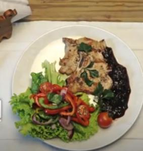 Chuleta de cerdo con salsa de ciruelas