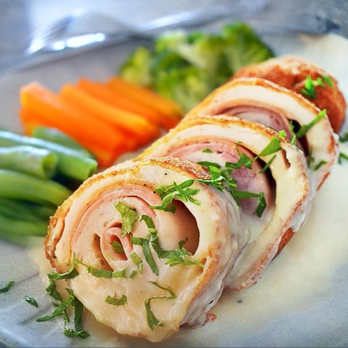 Delicioso pollo Sofía cordón Blue en salsa blanca