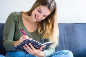 mujer-escribiendo-sofa-casa_58466-8435